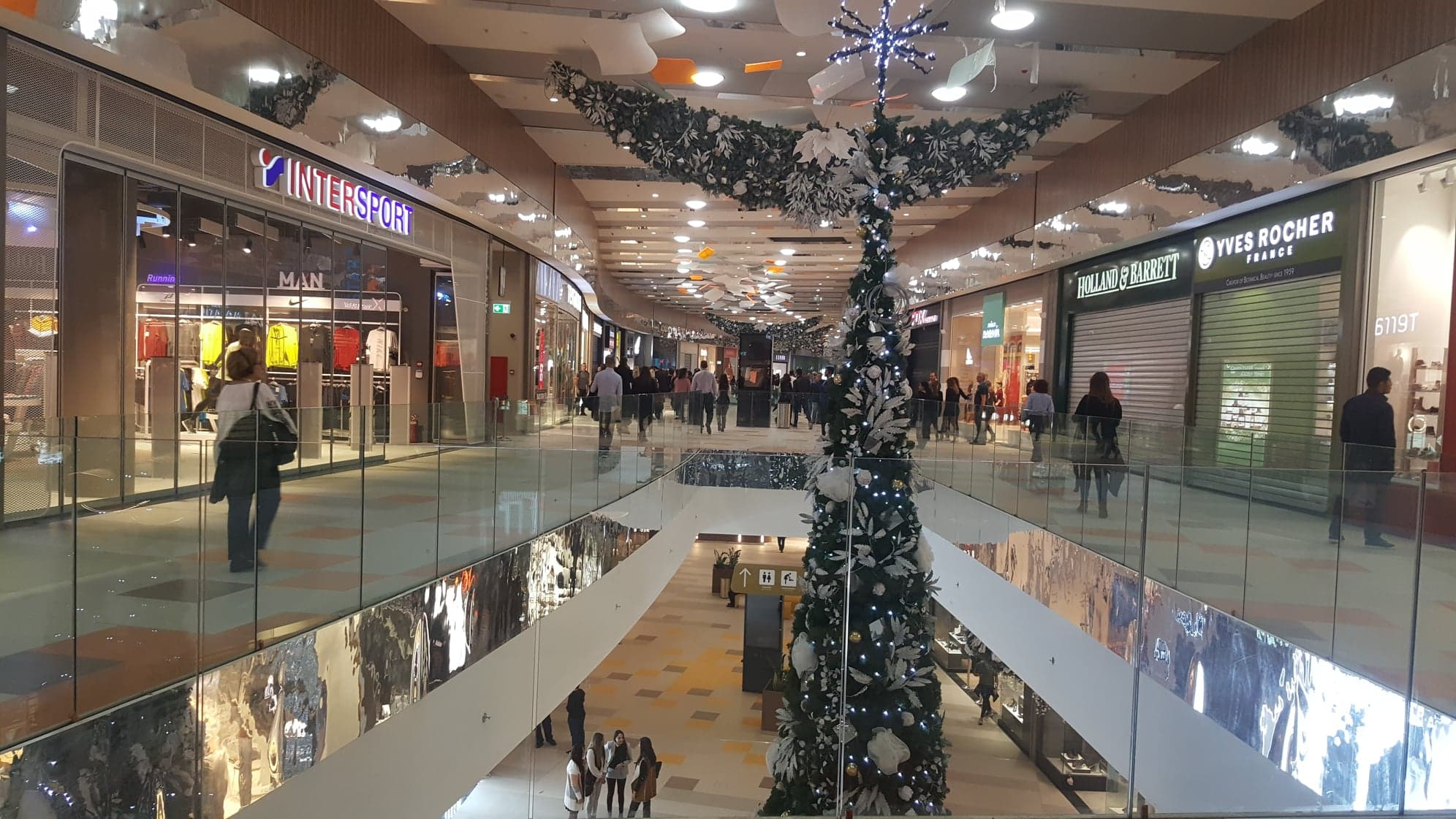 cae77e277f Το νέο πολυκατάστημα Nicosia Mall άνοιξε και επίσημα τις πύλες του για το  κοινό σήμερα το πρωί και όπως είναι αναμενόμενο σε τέτοιες περιπτώσεις ο  κόσμος ...